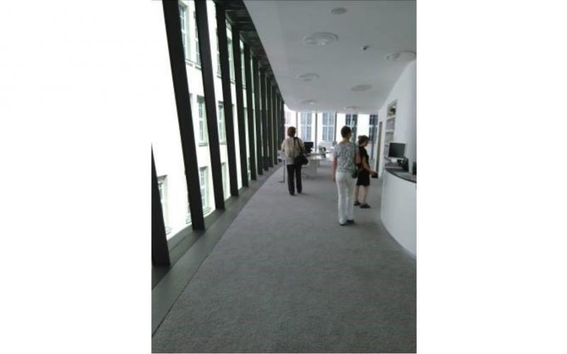 Teile der Fünfer-Gruppe betreten den Eingangsbereich des klimatisierten Musik-Lesesaal