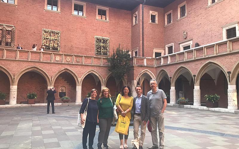 Alcuni delegati italiani in visita all'affascinante cortile del Collegium Maius dell'Università Jagellonica di Cracovia.