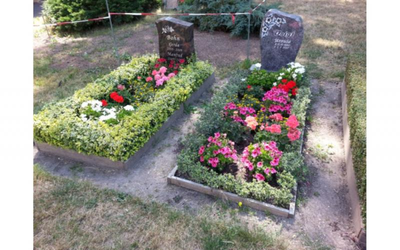 Image of two gravesites with flowers in Rötha cemetery