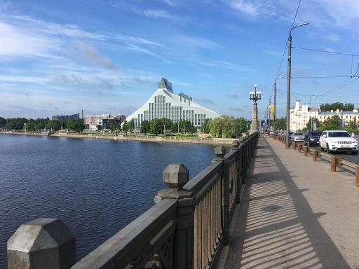 Blick von der Brücke über die Daugava auf die Lettische Nationalbibliothek